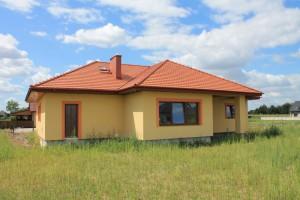 Dom ze wstawionymi oknami